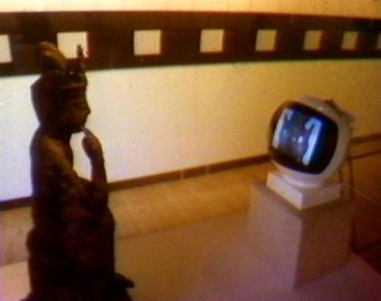 The TV Buddha installed at the AGNSW (1976). (video still from photograph: Stephen Jones)